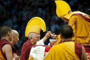 Калон-трипа Самдонг Ринпоче совершает ритуальное подношение во время молебна о долголетии Его Святейшества Далай-ламы. Вашингтон, США. 16 июля 2011. Фото: Тензин Чойджор (Офис ЕСДЛ)