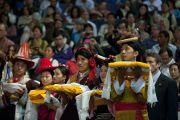Тибетцы в праздничных национальных одеждах совершают ритуальные подношения во время молебна о долголетии Его Святейшества Далай-ламы. Вашингтон, США. 16 июля 2011. Фото: Тензин Чойджор (Офис ЕСДЛ)