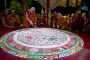 Его Святейшество Далай-лама и монахи монастыря Намгьял разрушают песочную мандалу Калачакры. Вашингтон, США. 16 июля 2011. Фото: Тензин Чойджор (Офис ЕСДЛ)