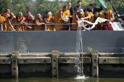 Его Святейшество Далай-лама и монахи монастыря Намгьял высыпают часть песка мандалы в реку Анакостия. Вашингтон, США. 16 июля 2011. Фото: Тензин Чойджор (Офис ЕСДЛ)