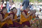 Его Святейшество Далай-лама и монахи монастыря Намгьял читают молитвы перед тем, как высыпать песок мандалы в реку Анакостия. Вашингтон, США. 16 июля 2011. Фото: Тензин Чойджор (Офис ЕСДЛ)