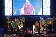 """Его Святейшество Далай-лама во время публичной лекции """"Наведем мосты между религиями"""" в университете штата Иллинойс, Чикаго. 17 июля 2011. Фото: Ричард Шэй"""