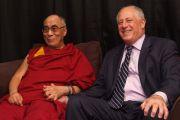 Его Святейшество Далай-лама с губернатором штата Иллинойс Пэтом Куинном в Чикаго. 17 июля 2011. Фото: Ричард Шэй