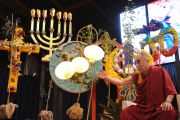 """Его Святейшество Далай-лама отвечает на вопросы публики во время публичной лекции """"Наведем мосты между религиями"""" в университете штата Иллинойс, Чикаго. 17 июля 2011. Фото: Ричард Шэй"""