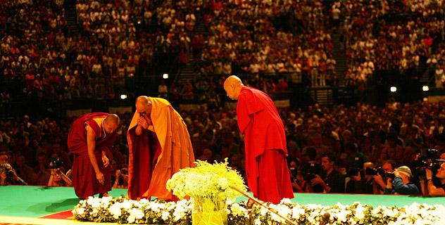 Начались учения Его Святейшества Далай-ламы во Франции