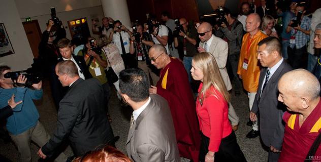 Сотни людей приветствовали Его Святейшество Далай-ламу в Эстонии