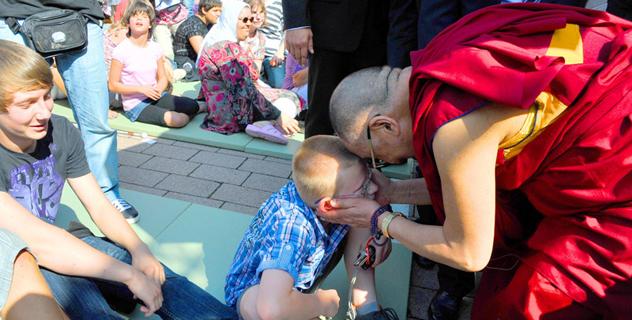 Его Святейшество Далай-лама посетил школу-интернат для слепых и слабовидящих детей в Фридберге, Германия