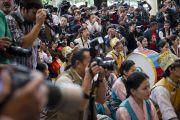 Церемонию инаугурации калон трипы (премьер-министра) Центральной тибетской администрации широко освещали средства массовой информации. Дхарамсала, Индия. 8 августа 2011. Фото: Тензин Чойджор (Офис ЕСДЛ)