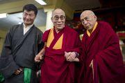 Его Святейшество Далай-лама с новым премьер-министром Центральной тибетской администрации Лобсангом Сенге (слева) и покидающим эту должность профессором Самдонгом Ринпоче (справа) во время торжественной церемонии инаугурации в главном тибетском храме в Дхарамсале, Индия. 8 августа 2011. Фото: Тензин Чойджор (Офис ЕСДЛ)