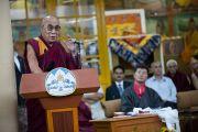 Его Святейшество Далай-лама обращается с речью к присутствующим во время торжественной церемонии инаугурации калон трипы (премьер-министра) Центральной тибетской администрации в главном тибетском храме в Дхарамсале, Индия. 8 августа 2011. Фото: Тензин Чойджор (Офис ЕСДЛ)