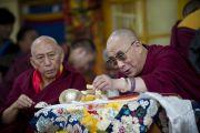 Его Святейшество Далай-лама пьет чай во время торжественной церемонии инаугурации калон трипы (премьер-министра) Центральной тибетской администрации в главном тибетском храме в Дхарамсале, Индия. 8 августа 2011. Фото: Тензин Чойджор (Офис ЕСДЛ)