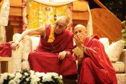 Его Святейшество Далай-лама и переводчик Матье Рикар во время учений в Тулузе, Франция. 14 августа 2011. Фото: Игорь Янчеглов