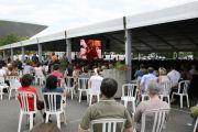 Публичную лекцию Его Святейшества Далай-ламы можно было посмотреть на больших экранах, установленных на улице. Тулуза, Франция. 15 августа 2011. Фото: Игорь Янчеглов