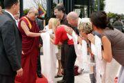 Его Святейшество Далай-лама здоровается со своими последователями. Тулуза, Франция. 15 августа 2011. Фото: Александра Сильва