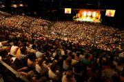 Учения Его Святейшества Далай-ламы проводились на стадионе Zenith, на них присутствовали 7000 человек из более чем двадцати стран. Тулуза, Франция. 15 августа 2011. Фото: Александра Сильва
