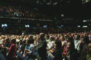 """7-тысячная аудитория аплодирует Его Святейшеству Далай-ламе.  Хельсинки, Финляндия. 20 августа 2011. Фото: Игорь Янчеглов/Фонд """"Сохраним Тибет"""""""