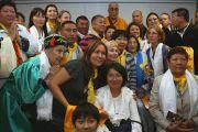 """Его Святейшество Далай-лама фотографируется с паломниками из России, приехавшими на его учения в Финляндию. 20 августа 2011. Фото: Игорь Янчеглов/Фонд """"Сохраним Тибет"""""""