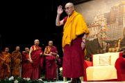 """Его Святейшество Далай-лама приветствует аудиторию публичной лекции """"Сила сострадания"""" в Финляндии. 20 августа 2011. Фото: Паси Хааране/Офис Тибета, Лондон"""