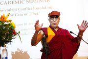 """Его Святейшество выступает с докладом на семинаре """"Ненасильственное разрешение конфликтов на примере Тибета"""" в Университете Хельсинки. 19 августа 2011. Фото: Паси Хааране/Офис Тибета, Лондон"""