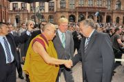 Спикер парламента земли Гессен Норберт Картманн приветствует Его Святейшество Далай-ламу у входа в здание парламента. Висбаден, Германия. 23 августа 2011. Фото: Tibet Bureau Geneva