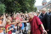 Люди приветствуют Его Святейшество Далай-ламу в саду монастыря в Зелигенштадте. Франкфурт, Германия. 22 августа 2011. Фото: Tibet Bureau Geneva
