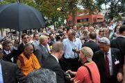 Люди приветствуют Его Святейшество Далай-ламу по пути к зданию парламента земли Гессен. Висбаден, Германия. 23 августа 2011. Фото: Tibet Bureau Geneva