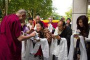 Тибетцы встречают Его Святейшество Далай-ламу у входа в гостиницу в Гамбурге, Германия. 21 августа 2011. Фото: Tibet Bureau Geneva