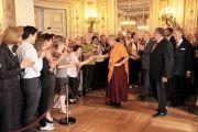 Депутаты и штатные сотрудники парламента земли Гессен приветствуют Его Святейшество Далай-ламу. Висбаден, Германия. 23 августа 2011. Фото: Tibet Bureau Geneva