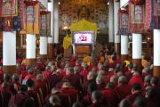 Монахи и монахини смотрят трансляцию учений Его Святейшества Далай-ламы в главном тибетском храме в Дхарамсале, Индия. 31 августа 2011. Фото: Abhishek Madhukar