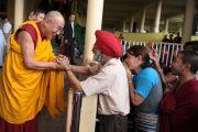 Его Святейшество Далай-лама отвечает на приветствия своих последователей перед началом учений в главном тибетском храме в Дхарамсале, Индия. 31 августа 2011. Фото: Abhishek Madhukar