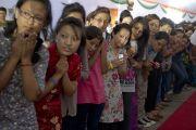 Сутеднты встречают Его Святейшество Далай-ламу в Национальном открытом университете имени Индиры Ганди. Дели, Индия. 5 сентября 2011. Фото: Тензин Чойджор (Офис ЕСДЛ)