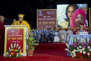 Его Святейшество Далай-лама выступает с речью в Национальном открытом университете имени Индиры Ганди. Дели, Индия. 5 сентября 2011. Фото: Тензин Чойджор (Офис ЕСДЛ)