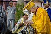 Его Святейшество Далай-лама приветствует преподавателя Национального открытого университета имени Индиры Ганди. Дели, Индия. 5 сентября 2011. Фото: Тензин Чойджор (Офис ЕСДЛ)