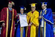 Его Святейшеству Далай-ламе торжественно вручили почетную степень доктора литературы Национального открытого университета имени Индиры Ганди. Дели, Индия. 5 сентября 2011. Фото: Тензин Чойджор (Офис ЕСДЛ)