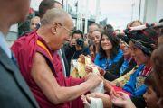 Его Святейшеству Далай-ламе подносят традиционные шарфы хадаки по окончании публичной лекции. Монреаль, Канада. 7 сентября 2011. Фото: Jean-Marc (JM) Duchesne
