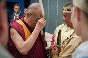 Его Святейшество Далай-лама благословляет молитвенное перо с представителями коренных народов. Монреаль, Канада. 7 сентября 2011. Фото: Jean-Marc (JM) Duchesne