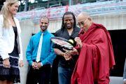 Канадская теннисистка Александра Возняк подарила Его Святейшеству Далай-ламе теннисную ракетку. Монреаль, Канада. 7 сентября 2011. Фото: Sonam Zoksang