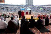 Более 30 тысяч человек собрались на стадионе Круз Азул, чтобы послушать лекцию Его Святейшества Далай-ламы. Мехико, Мексика. 10 сентября 2011. Фото: Oscar Fernandez