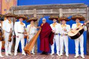 Его Святейшество Далай-лама в музыкантами, выступавшими после его лекции на стадионе Круз Азул. Мехико, Мексика. 10 сентября 2011. Фото: Oscar Fernandez