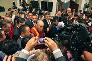 Его Святейшество Далай-лама в окружении журналистов по окончании пресс-конференции. Монтеррей, Мексика. 9 сентября 2011. Фото: Eyonsuk Ka