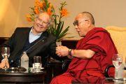 Его Святейшество Далай-лама c лауреатом Нобелевской премии мира Пересом Эскивелем. Буэнос-Айрес, Аргентина.13 сентября 2011. Фото: Pompi Gutnisky