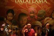 Его Святейшество Далай-лама выступает с речью в Coliseo Auditorium. Буэнос-Айрес, Аргентина.13 сентября 2011. Фото: Pompi Gutnisky
