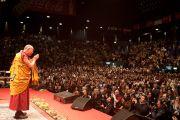 Его Святейшество Далай-лама приветствует шестис половиной тысячную аудиторию перед началом учений. Буэнос-Айрес, Аргентина.14 сентября 2011. Фото: Pompi Gutnisky