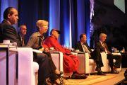 Его Святейшество Далай-лама с докладчиками на симпозиуме «Состояния ума: встреча древней науки и нейрологии». Сан-Паулу, Бразилия. 16 сентября 2011 г.