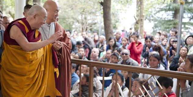 Сотни человек собрались послушать учения Далай-ламы в Дхарамсале