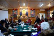 Его Святейшество Далай-лама и участники конференции «Ум и жизнь» во время первой сессии, 17 октября 2011. Дхарамсала, Индия. Фото: Betty Jones
