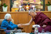 Его Святейшество Далай-лама благодарит Салли Макфаг за ее доклад на XXIII конференции «Ум и жизнь». Дхарамсала, Индия. 19 октября 2011. Фото: Betty Jones