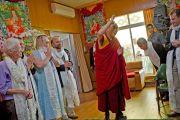 Его Святейшество Далай-лама прощается с присутствующими по окончании конференции «Ум и жизнь». Дхарамсала, Индия. 20 октября 2011. Фото: Тензин Чойджор (Офис ЕСДЛ)