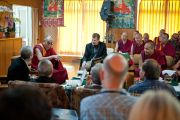 Его Святейшество Далай-лама беседует с участниками конференции «Ум и жизнь». Дхарамсала, Индия. 20 октября 2011. Фото: Тензин Чойджор (Офис ЕСДЛ)