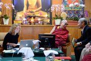 Элки Уэбер, Его Святейшество Далай-лама и Туптен Джинпа, переводчик Далай-ламы, смеются удачной шутке во время конференции «Ум и жизнь». Дхарамсала, Индия. 20 октября 2011. Фото: Betty Jones
